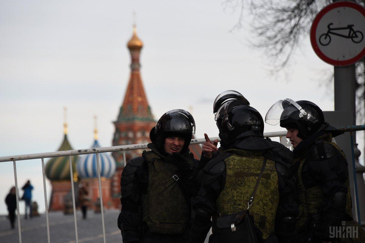 Сотрудники МВД РФ остановили микроавтобус, на котором татары возвращались после участия в судебном процессе как слушатели / УНИАН