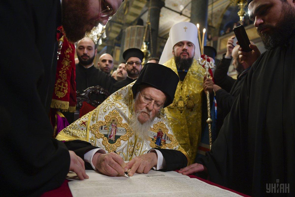 Варфоломей подписывает Томос / фото УНИАН
