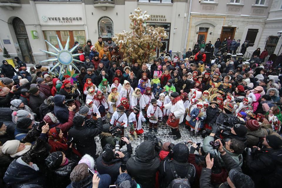 Накануне Рождества во Львове установили Дидуха / фото facebook.com/hrystyna.protsak