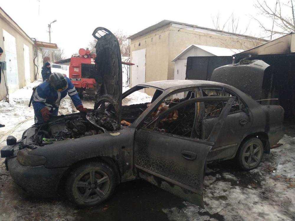 Спасатели установили, что горит автомобиль и одноэтажный гараж \ Фото ГУ ГСЧС в Одесской области