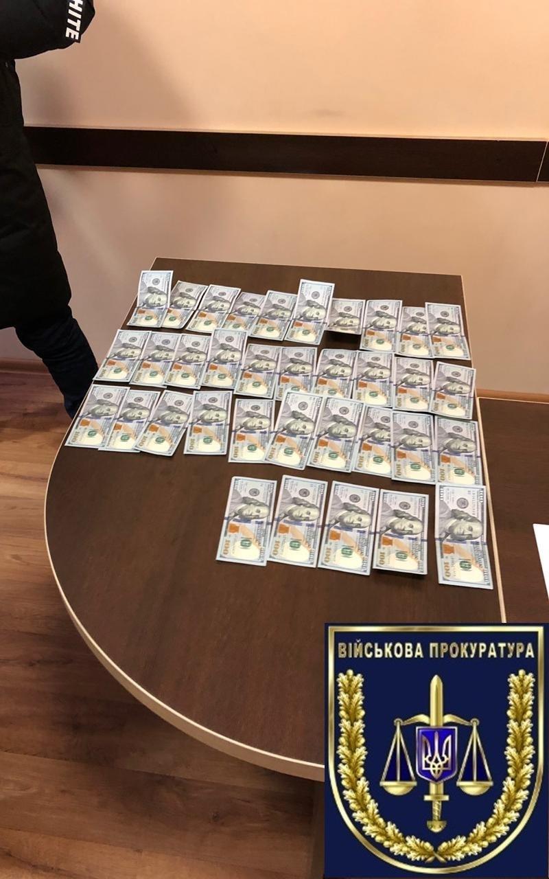 Підполковник поліції затриманий на хабарі в 4 тисячі доларів / фото vppdr.gp.gov.ua