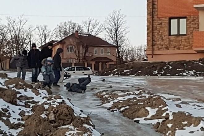 Дети катаются на горке из говна / фото amur.info