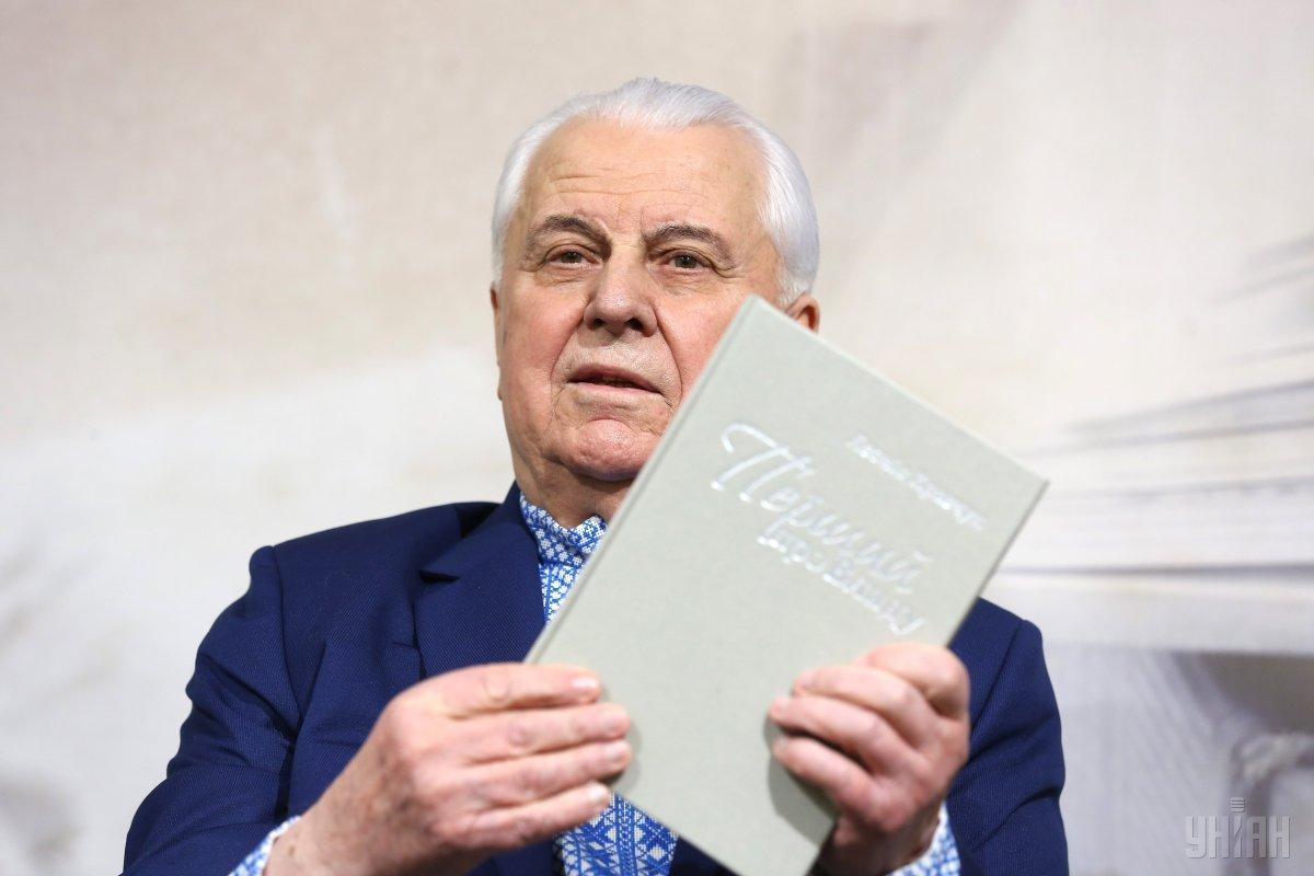 Леонід Кравчук зі своєї книгою / фото УНІАН