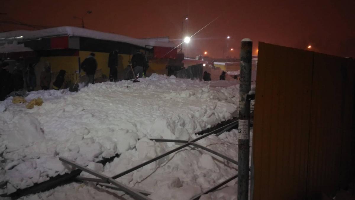 Под давлением снега обрушился недостроенный киоск / фото kharkiv.web2ua.com