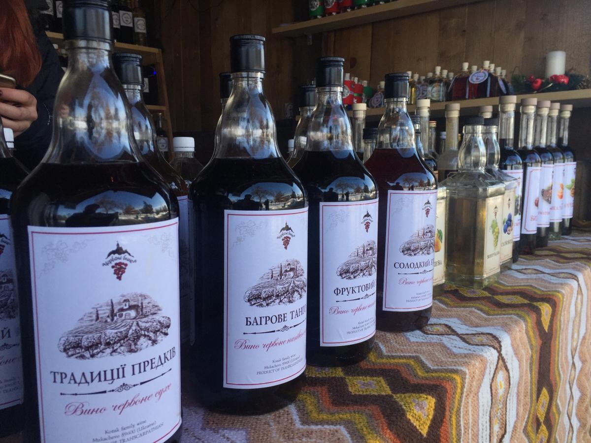 Свою продукцію на фестивалі «Червене вино-2019» представляють 40 кращих виноробів Закарпаття / Фото УНІАН