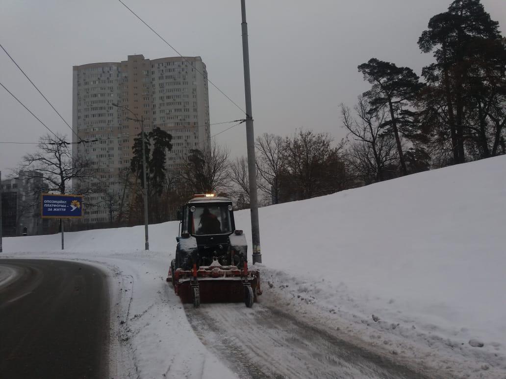 На дорогах города с утра работают солеразбрасыватели и снегоуборочная техника