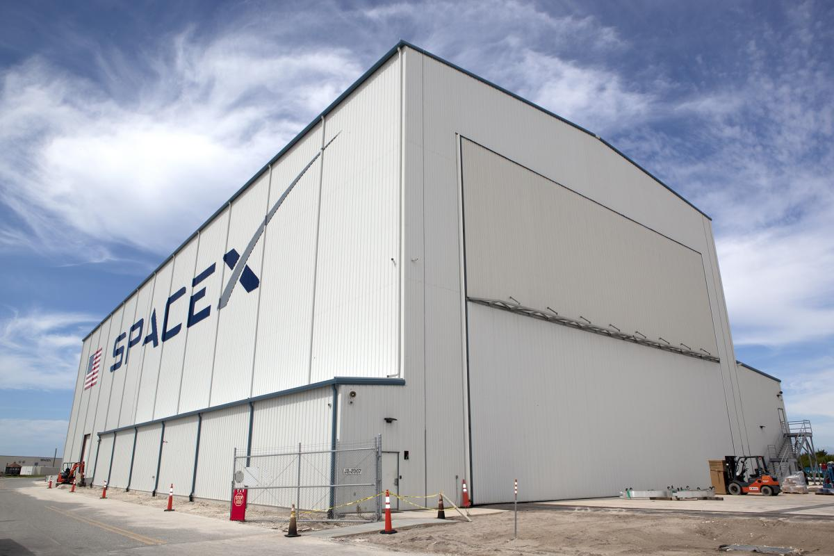 SpaceX основал Илон Маск\Википедия