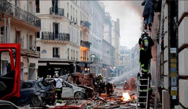 В результате взрыва в пекарни в Париже пострадали более 30 человек / фото twitter.com/DubFireBrigade