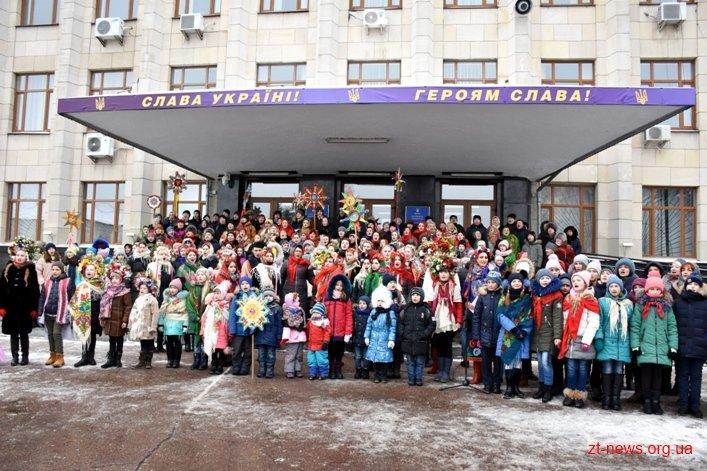 Також в рамках флешмобу відбулася святкова хода вулицею Михайлівською / фото zt-news.org.ua
