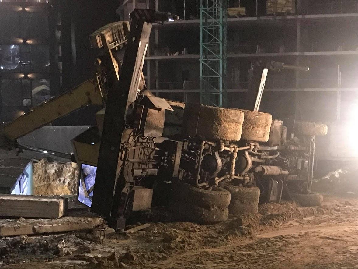 Під поваленими конструкціями виявився робітник / фото: «Вуличний фронт»/Фейсбук