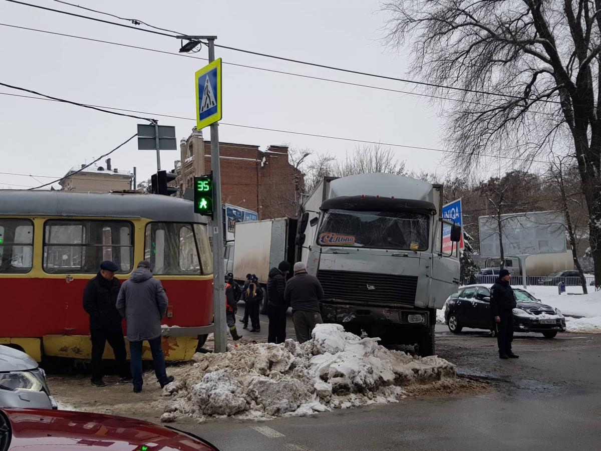 """У вантажного автомобіля відмовили гальма / фото """"Дніпроград"""""""