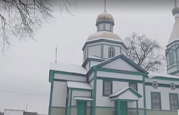 Місцеві жителі заблокували священику вхід до церкви / скріншот відео ТСН