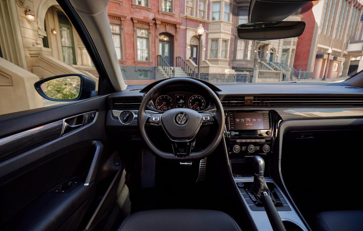у Passat не будет гибридных модификаций и даже цифровой приборной панели / фото carscoops.com