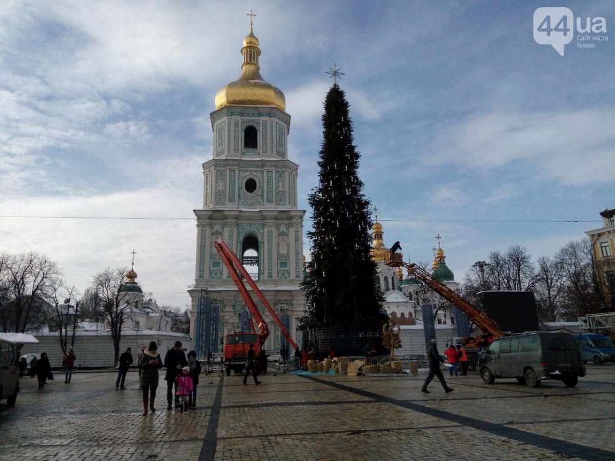 Новогодний городок на Софийской площади разбирают / 44.ua