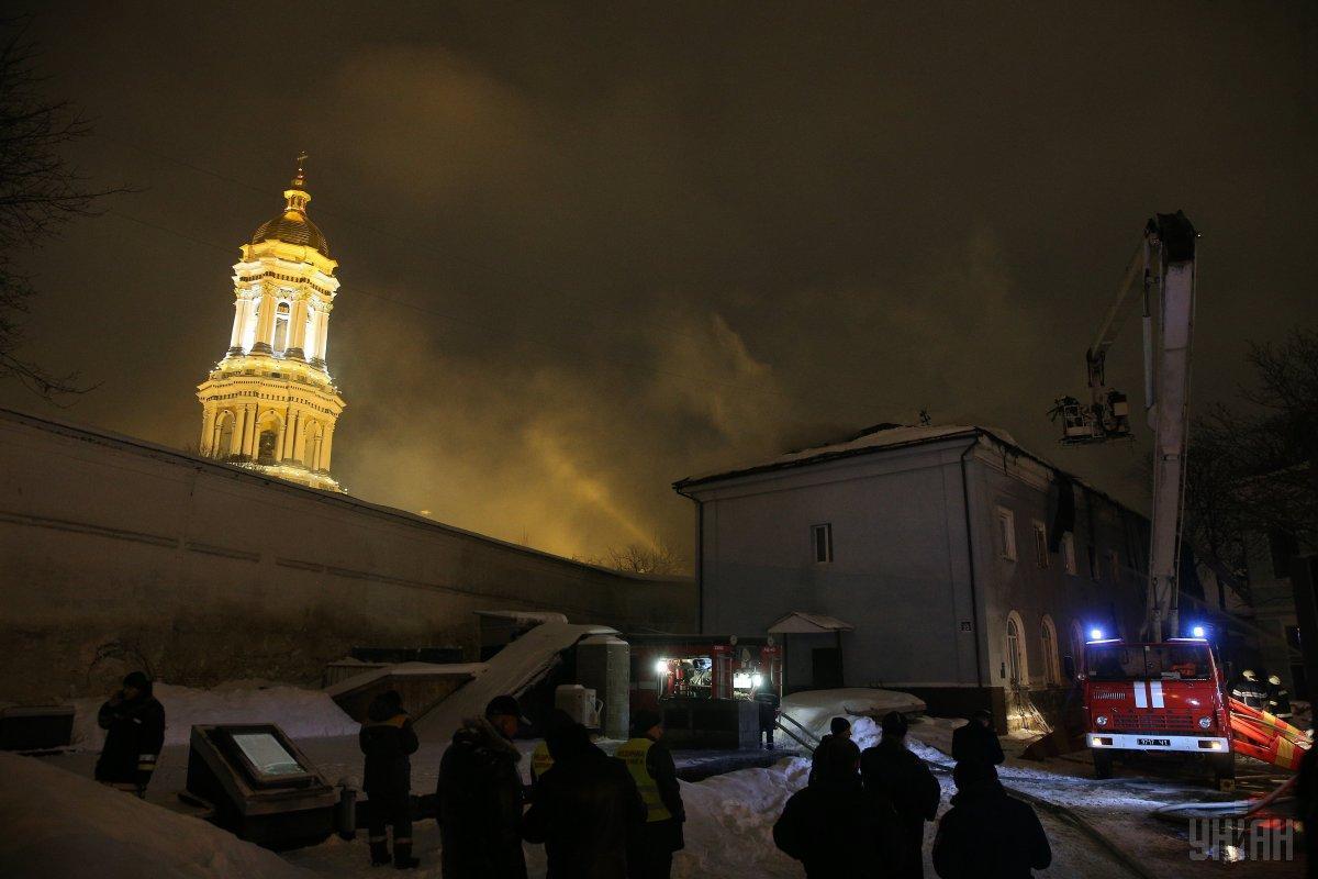 Рятувальники локалізували пожежу у будівлі на території Києво-Печерської лаври / фото УНІАН