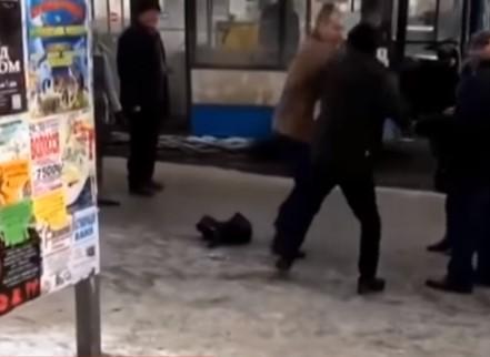 Водитель остановил автобус и вышел с пассажиром выяснять отношения на улицу / скриншот видео ТСН