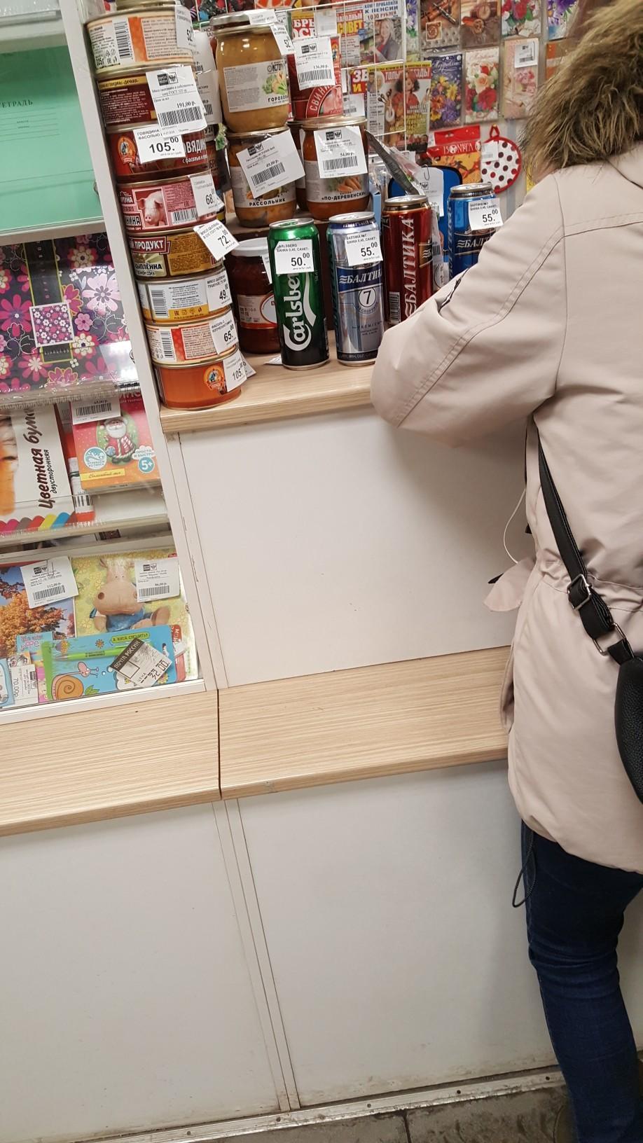 Как видно на фото, продают там еще и закуску / фото vk.com/murmanskgroup