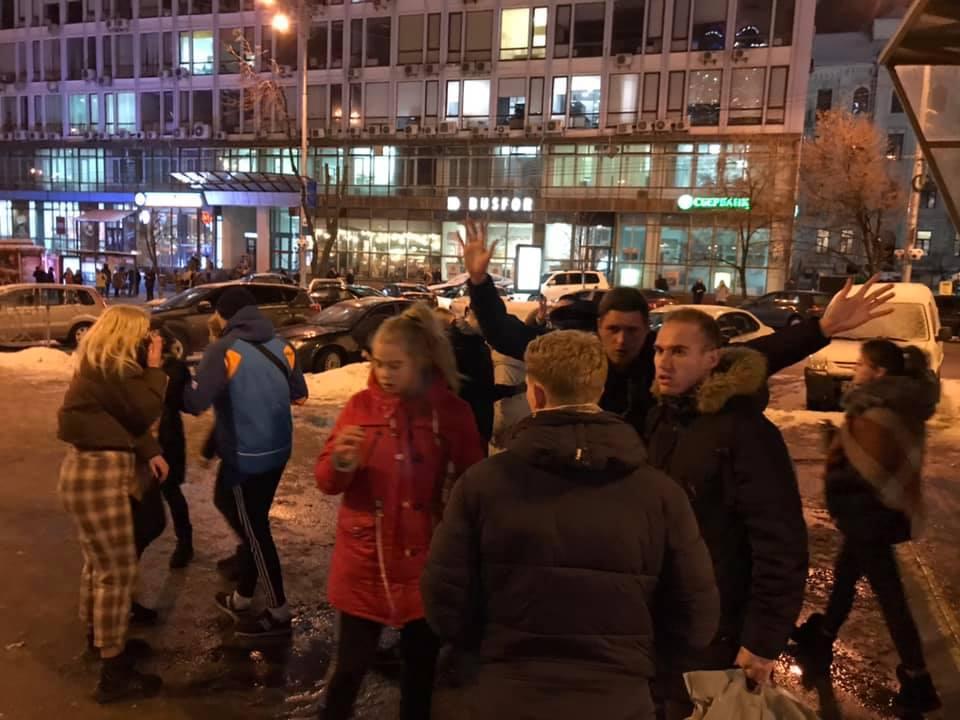 Группа подростков в центре Киева жестоко избили прохожего / фото Facebook Илона Силенко