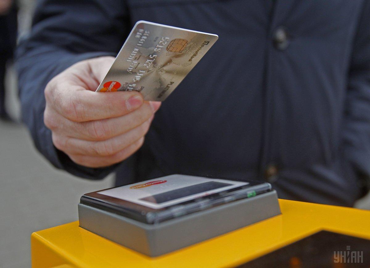 В Україні зростає частка безготівкових платежів / фото УНІАН