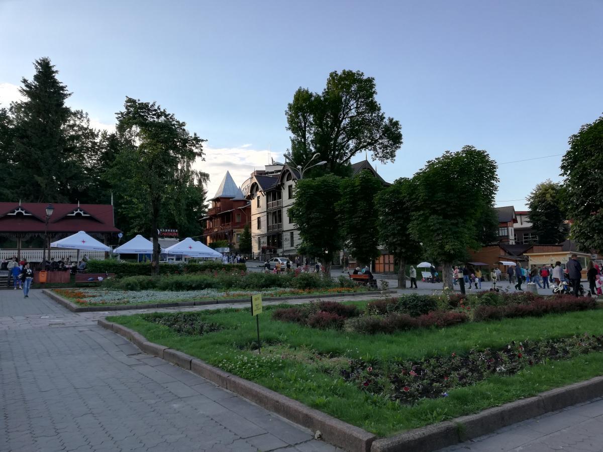 Центральная аллея Трускавца - здесь нетрудно найти, где перекусить / Фото Марина Григоренко