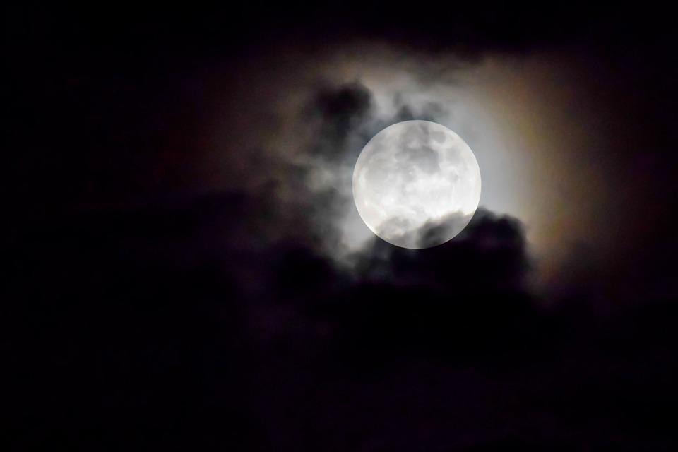 Луна подойдет на минимальное в текущем году расстояние / фото pixabay.com