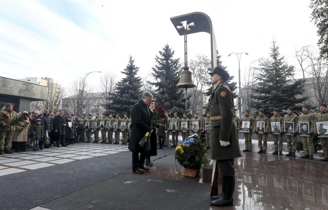 Президент почтил память защитников Донецкого аэропорта / фото president.gov.ua