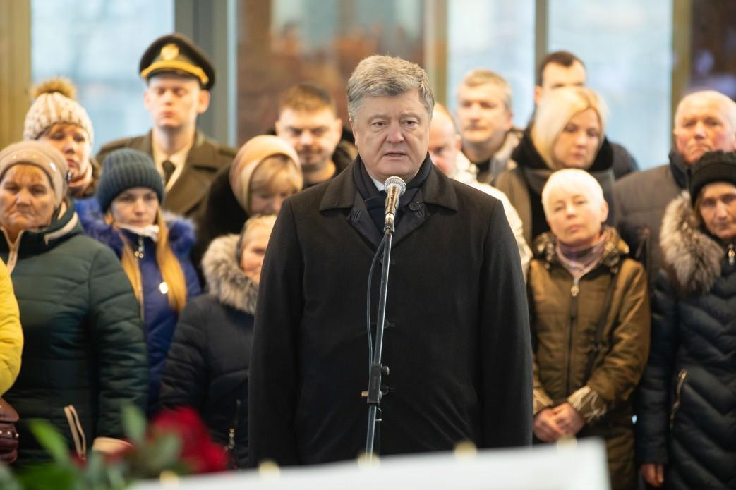 Порошенко: Украина отстроит аэропорт Донецка / фото president.gov.ua