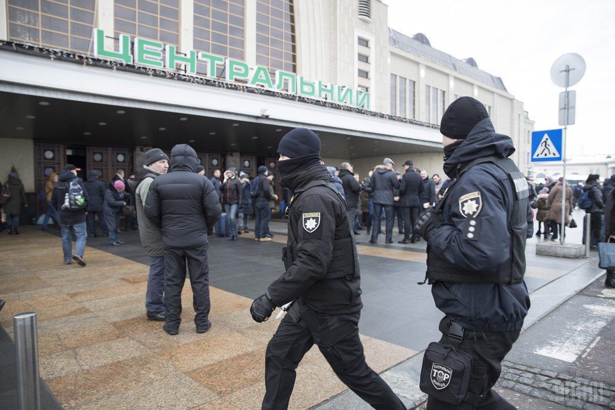 Сотрудники вокзала информируют людей через громкоговоритель / фото УНИАН