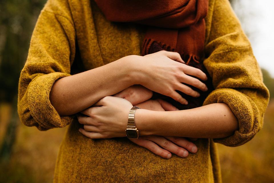 Когда человека обнимают, он чувствует доверие, симпатию, безопасность и спокойствие / фото Pixabay