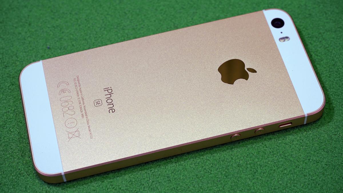 Apple решила распродать оставшиеся запасы iPhone SE / фото uk.wikipedia.org