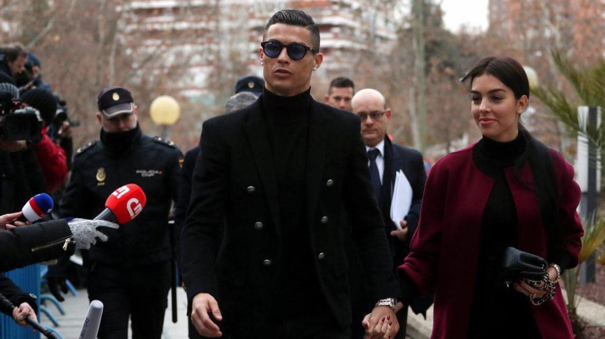 Роналду с супругой возле здания суда в Мадриде / El Periodico