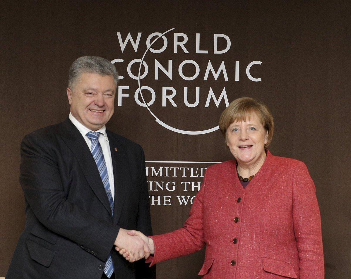 Порошенко проводить переговори з Меркель на полях Всесвітнього економічного форуму в Давосі / Twitter