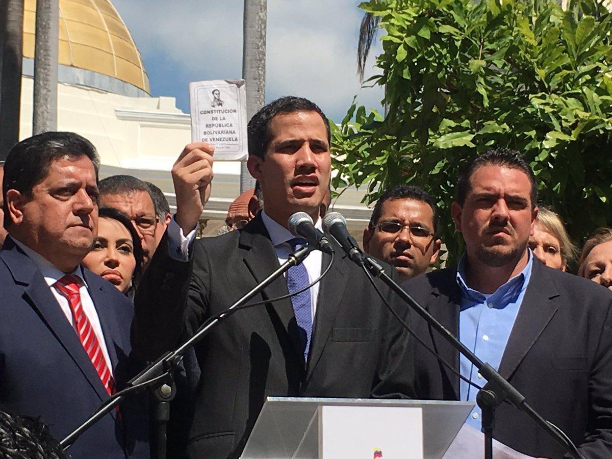 Оппозиционер Хуан Гуайдо провозгласил себя временным президентом Венесуэлы / Twitter - Juan Guaidó