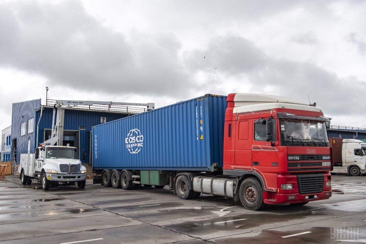 Експерти оцінили ринок нелегально ввезеного імпорту в 10 млрд дол. / фото УНІАН