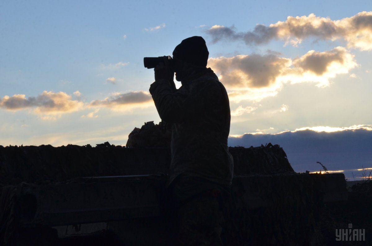 Украинские военные контролируют противника на линии соприкосновения на Донбассе / фото УНИАН