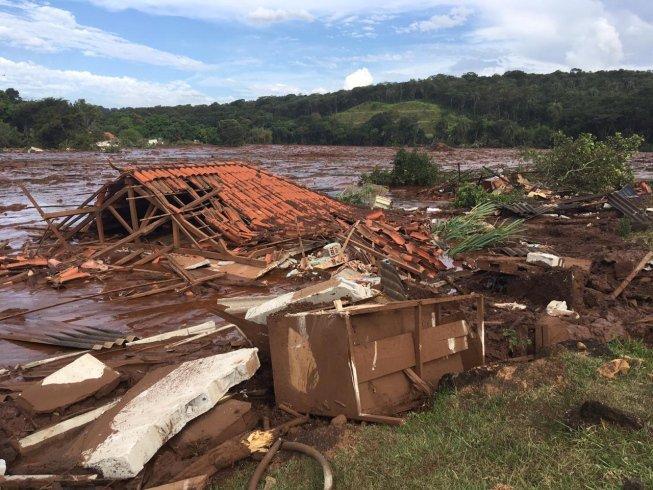Минимум семь человек погибли из-за обрушения дамбы иселевого потока вБразилии