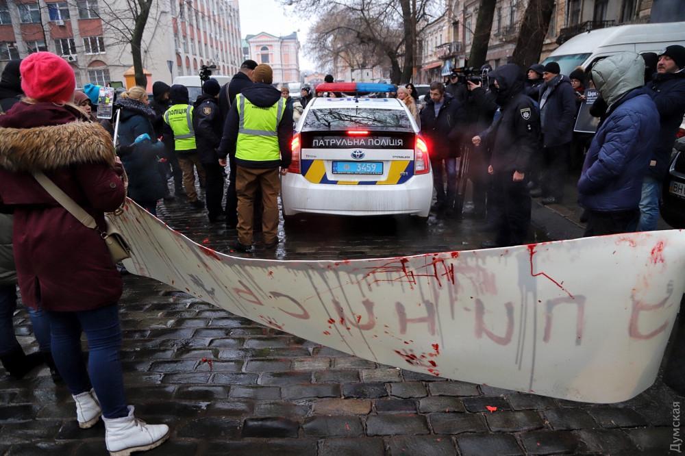 Активісти тримали відповідні плакати і закликали городян відмовитися від відвідування цирку / фото Думская