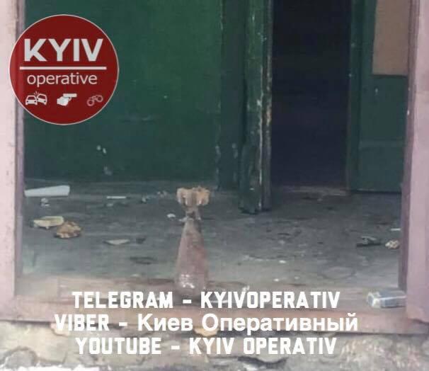 Разобранную мину оставили в подъезде дома / фото facebook.com/KyivOperativ