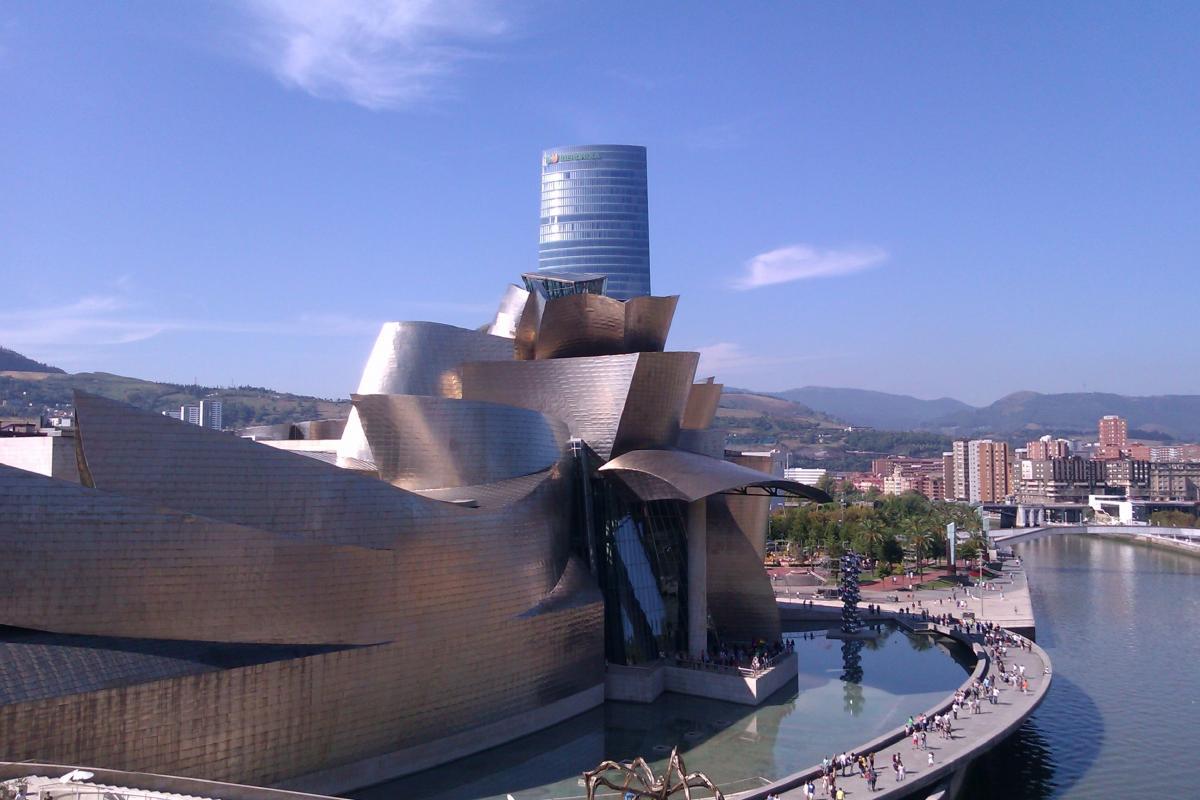 Здание музея Гуггенхайма в Бильбао / Фото google.com