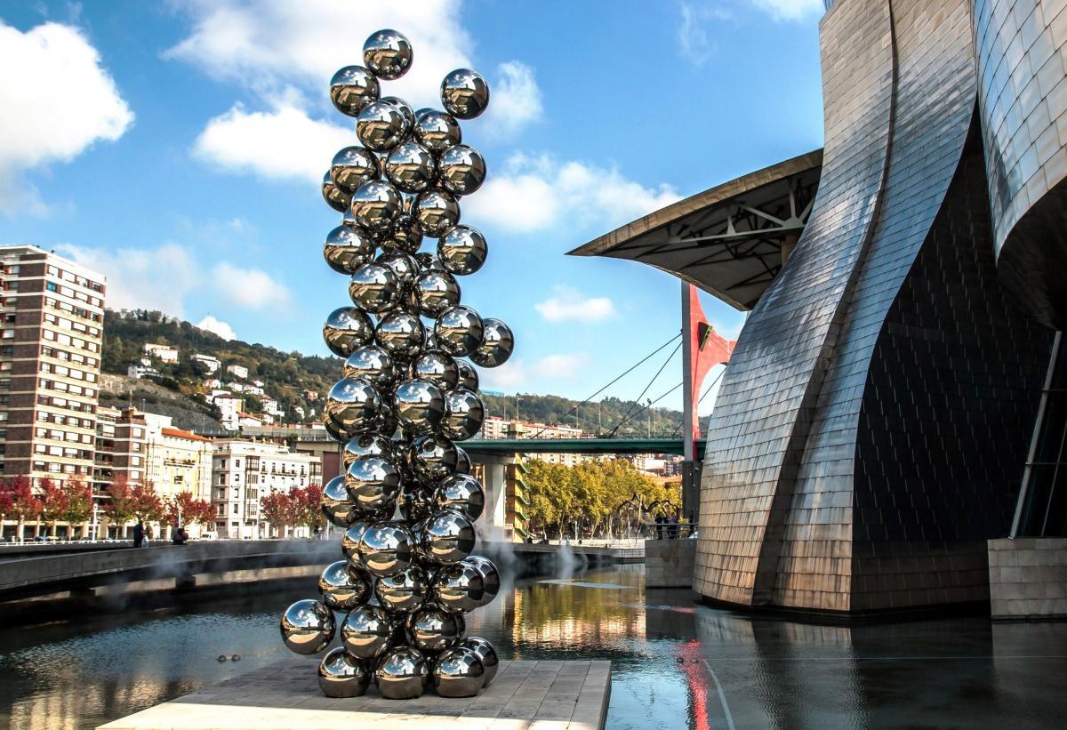 Скульптуры рядом с музеем в Бильбао / Фото google.com