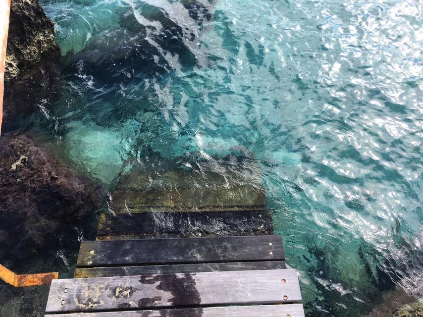 """Спуск в воду на пляже """"Коннос бич"""" оборудован специальной лестницей / фото instagram.com/lifeincheckin"""