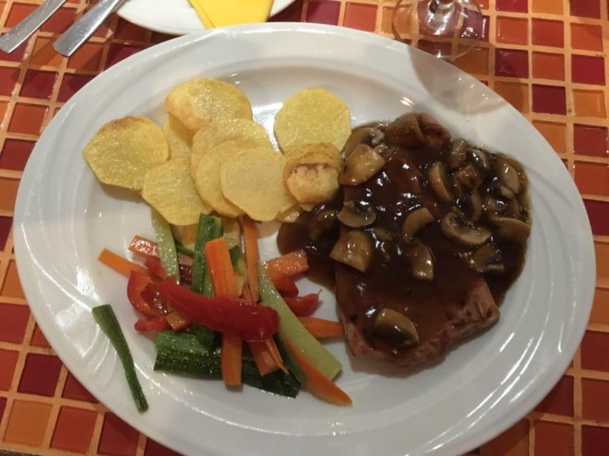 """Говяжий стейк под грибным соусом в ресторане """"Portokali"""" на набережной Ларнаки / фото Андрей Василюк"""