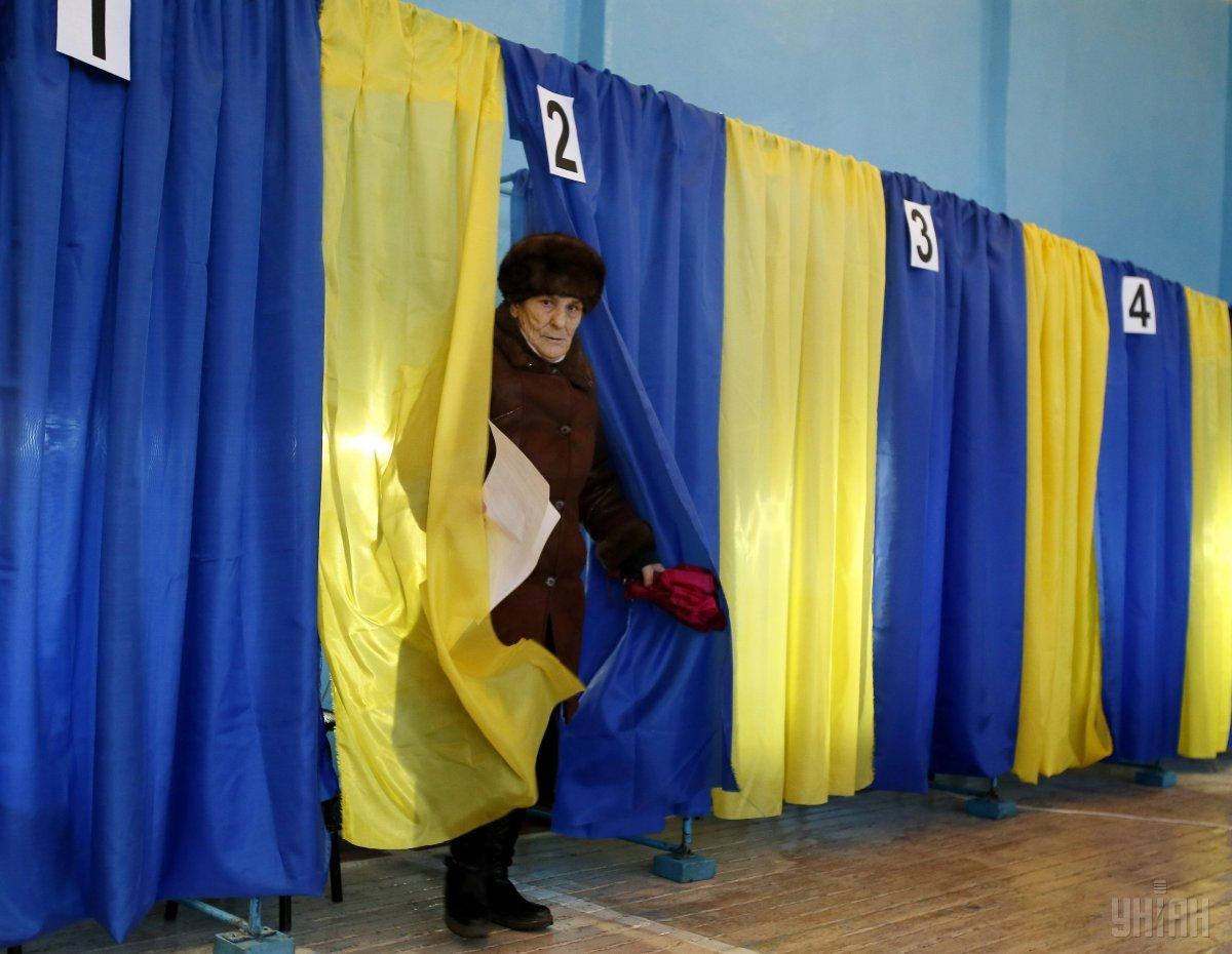 Спасатели проверяют безопасность избирательных участков / фото УНИАН