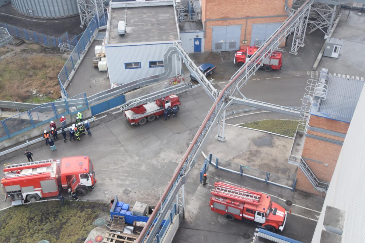В морпорту Николаева произошел пожар / фото mk.dsns.gov.ua