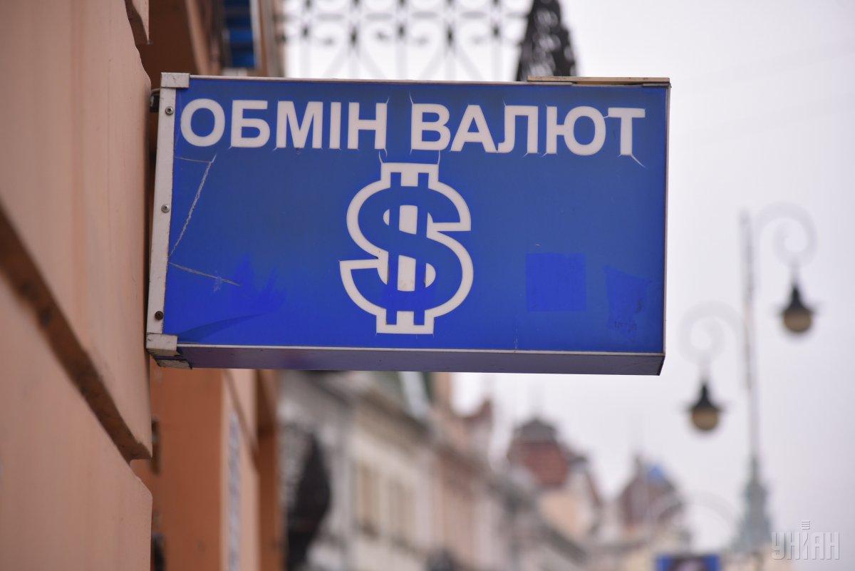 Гривня в столичных обменниках ослаблак доллару/ фото УНИАН Владимир Гонтар
