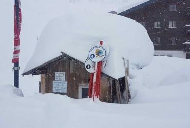 Жертвами аномального снегопада в Европе стали больше 20 человек (фото, видео)