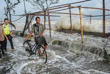 Внаслідок паводку і зсувів в Індонезії загинули десятки людей