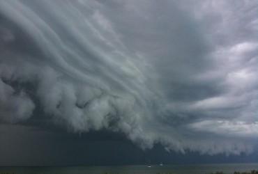 "На Японию надвигается тайфун ""Неогури"""
