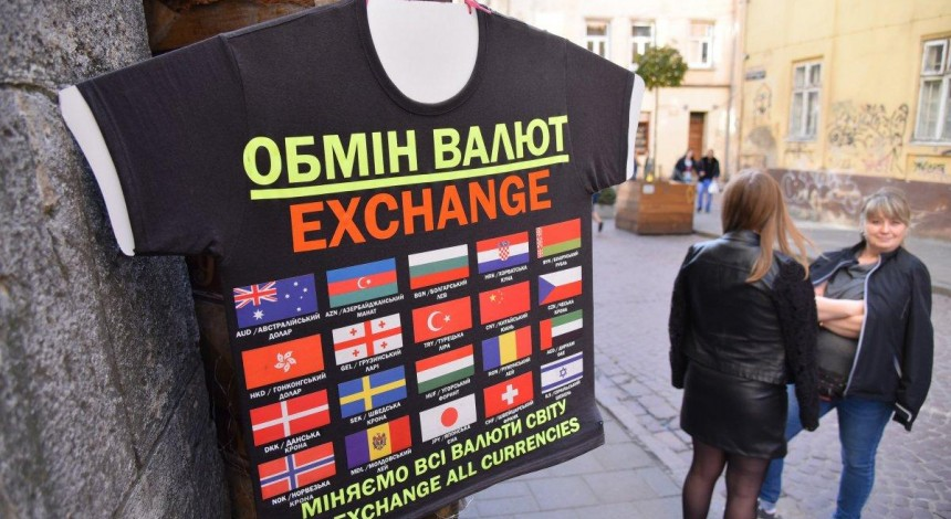 В Україні продовжує дешевшати долар