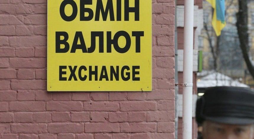 Євро знову коштує менше 30 гривень
